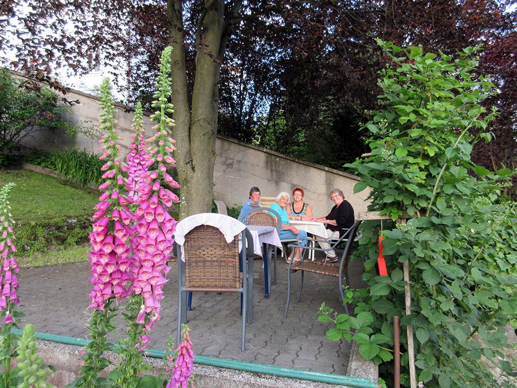 Ein beliebter Platz im Sommer_ Der Tisch unter der Blutbuche
